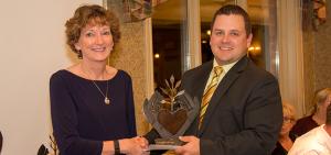 Maureen Calhoun accepts award
